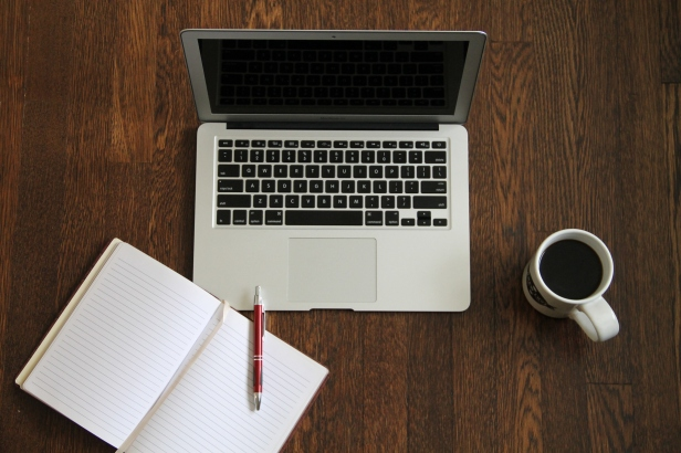 macbook_laptop_with_journal_book_038_coffee_596598